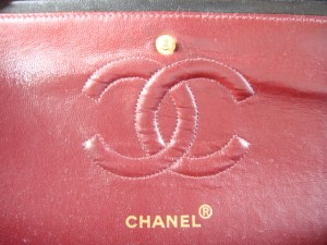 http://bagbible.com/blog/wp-content/uploads/2009/04/authentic-chanel-inside-second-flap-close-up-300x225.jpg