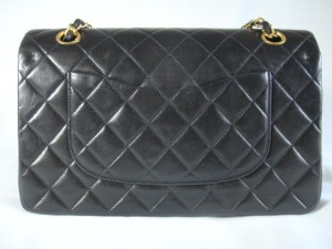 http://bagbible.com/blog/wp-content/uploads/2009/04/authentic-chanel-pocket-300x225.jpg