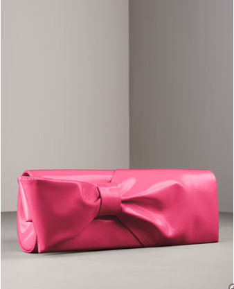 Clutch Bag: Small but long bag (rectangular), evening bag without a handle. You have to clutch it – hence the name.