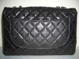 http://bagbible.com/blog/wp-content/uploads/2009/04/fake-chanel-back-pocket-300x225.jpg